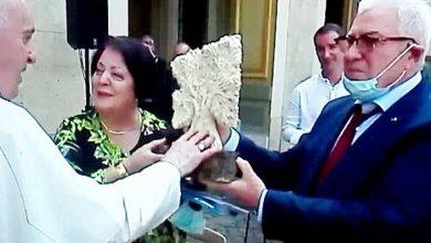 """Photo of CONSEGNATO A PAPA FRANCESCO  IL PREMIO """"MARIA GRAZIA CUTULI"""""""